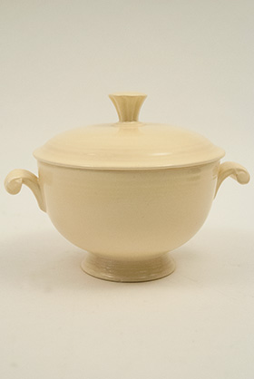 Fiesta Covered Onion Soup Bowl in Original Ivory: Early, Rare, Vintage, Fiesta For Sale