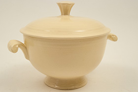 Fiesta Covered Onion Soup Bowl in Original, Ivory: Early, Rare, Vintage, Fiesta For Sale